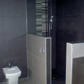 Obra: Antic traster convertit en lavabo- Antiguo trastero convertido en lavabo